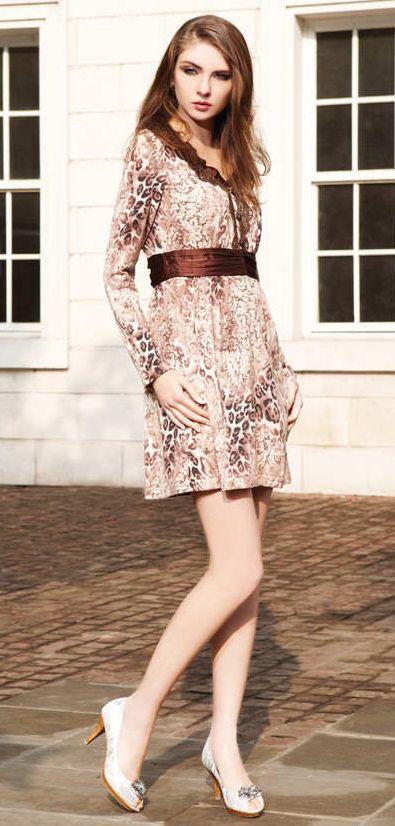 334368da0578b1e Бежевое платье с длинным рукавом и неброским леопардовым принтом.  Коричневая отделка на воротнике и пояс такого же цвета делают наряд  стильным и интересным.