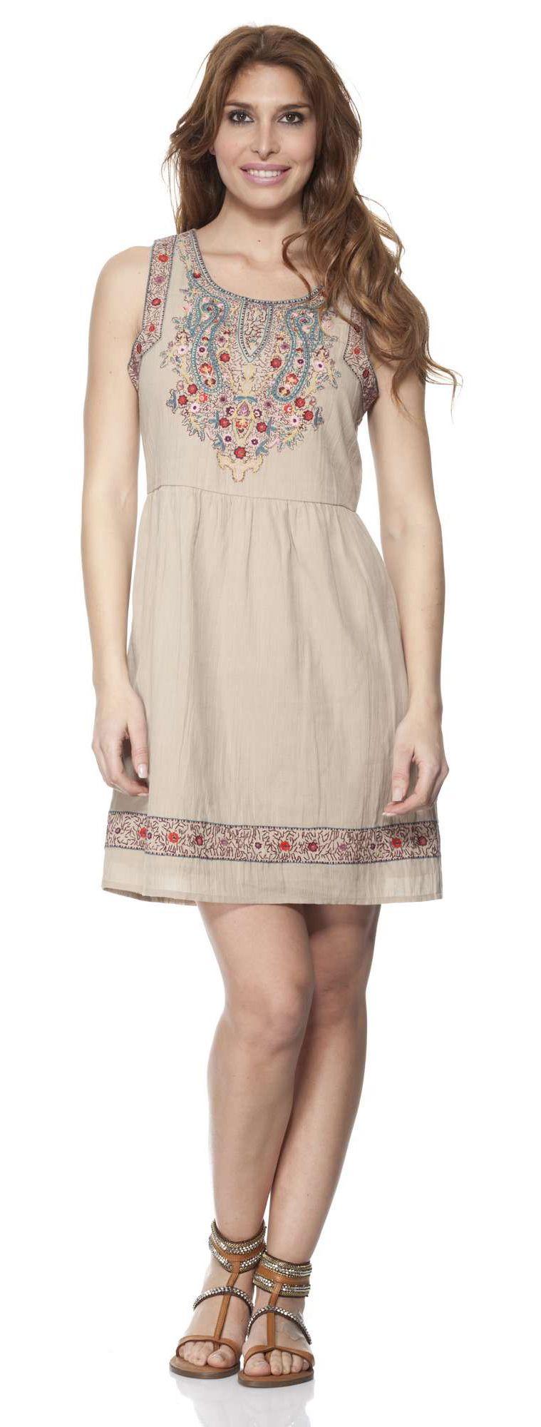b1fa67a7d9c6a61 Короткий сарафан с красивым орнаментом, который имеет народные мотивы.  Простота модели делает ее повседневной. В таком платье можно отправиться  куда угодно ...
