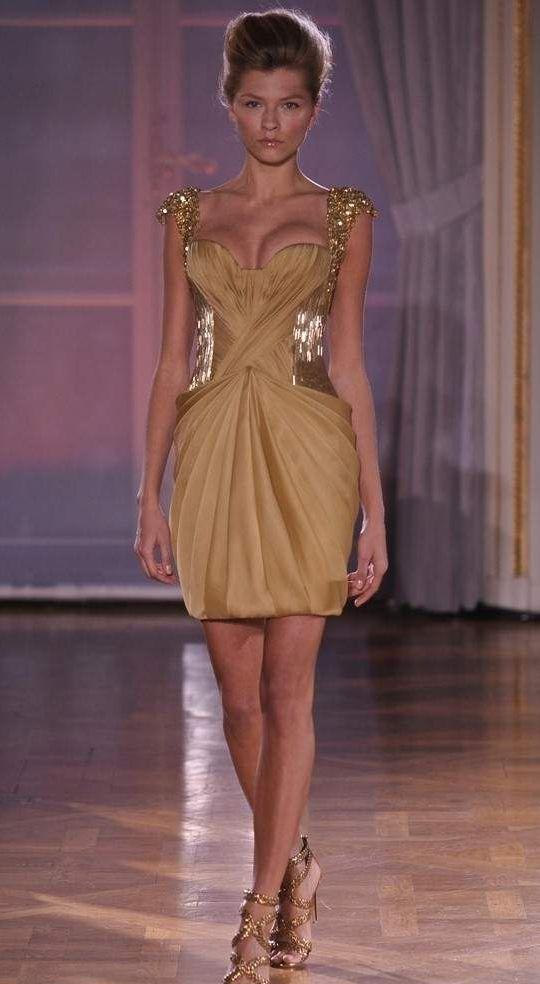 d23850e1162f31a Нарядное бежевое платье с декоративной отделкой из блестящих элементов.  Наряд делает женскую фигуру изящной, а талию осиной. Модель подходит для  похода в ...